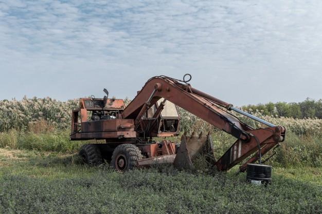 excavadora-oxidada-vieja-rota-abandonada_157402-2583